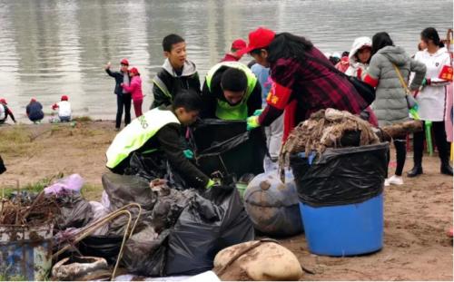 清理河滩垃圾.png